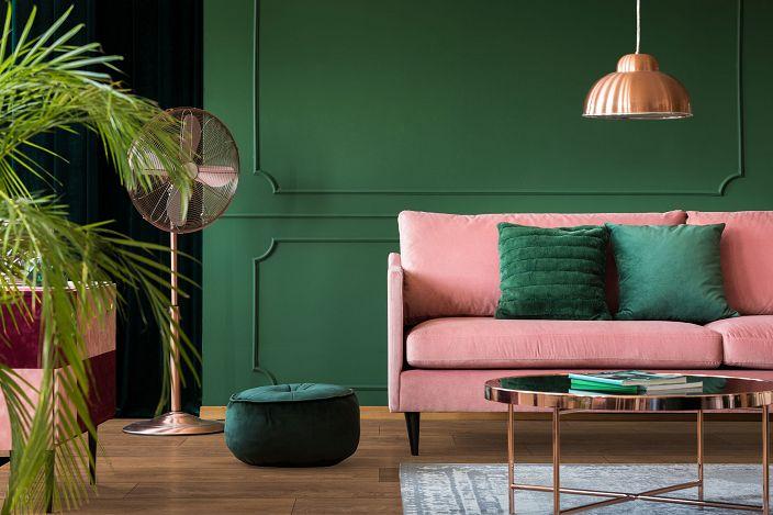 Głęboka zieleń, różowe akcenty i ciepły brąz paneli podłogowych